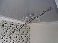 серый глянцевый потолок для спальни