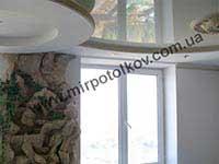 белый натяжной потолок в зале