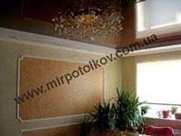 коричневый потолок в зале