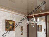 бежевый глянцевый потолок в спальне