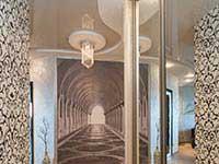 белый натяжной потолок и фотообои