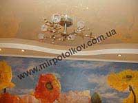 зал с бежевым натяжным потолком