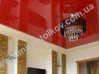 красный натяжной потолок в зале