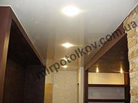 белый потолок коричневые стены