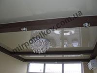 бежевый потолок в коричневом коробе