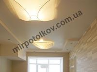белый матовый потолок в кухне