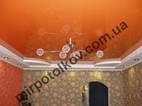 кухня с ярким оранжевым потолком