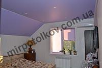 сиреневый матовый потолок в мансарде