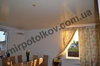 сатиновый натяжной потолок в столовой