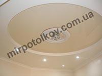 интерьер кухни с натяжным потолком