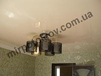 бежевый потолок и черная люстра