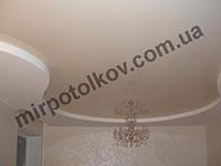 зал с натяжным потолком и хрустальной люстрой