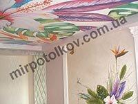 яркие цветы на стене и потолке