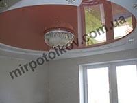 яркий глянцевый натяжной потолок