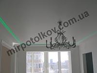 зал с белым натяжным потолком