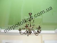 кухня с зеленым натяжным потолком
