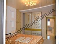 классическая спальня с натяжным потолком