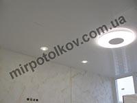 натяжной потолок и круглый светильник
