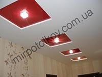 красные глянцевые квадраты на потолке