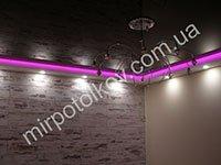 розовая подсветка и ламинат на стене
