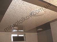 натяжной потолок с орнаментом комбинированный