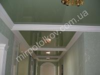 длинный коридор с зеленым натяжным потолком