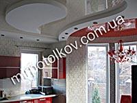 кухня с двухцветным натяжным потолком