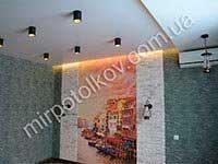 белый матовый потолок с современными светильниками