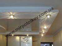 светлый натяжной потолок в спальне