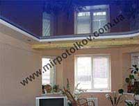 синий натяжной потолок в гостиной