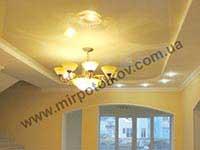 классический холл с глянцевым потолком