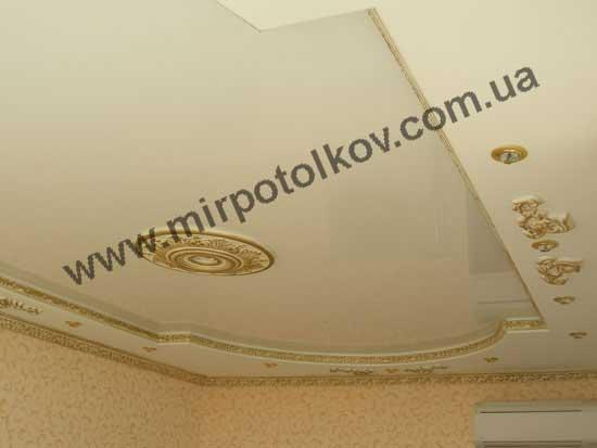 люстра в круглой розетке и глянцевый потолок