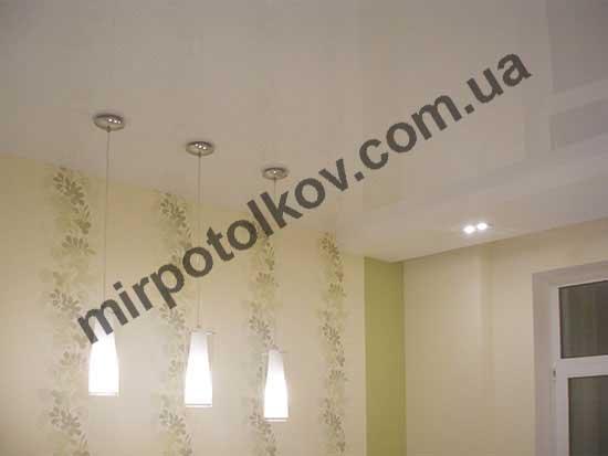 люстры-подвесы в глянцевом потолке