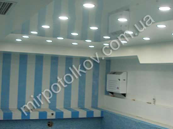 много точечных светильников в натяжном потолке