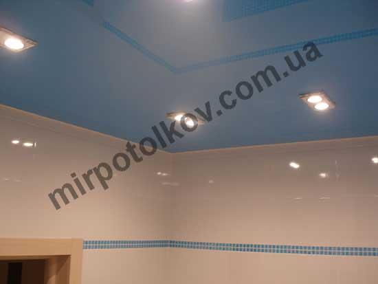 голубой глянцевый потолок в ванной