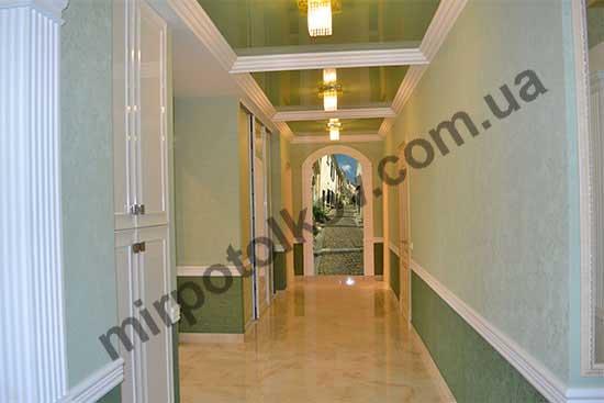 натяжной потолок в очень длинном коридоре