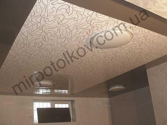 серый потолок с цветной вставкой