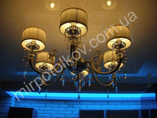 полупрозрачный потолок с голубой подсветкой