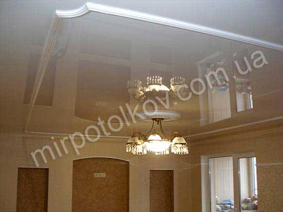белый глянцевый натяжной потолок с багетами в зале