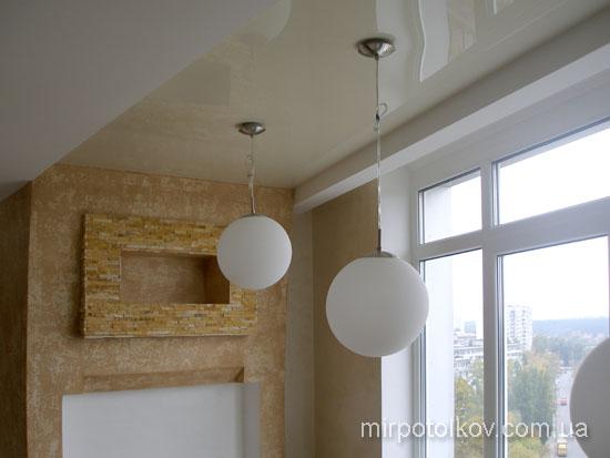 светильники-подвесы лесенкой на глянцевом потолке